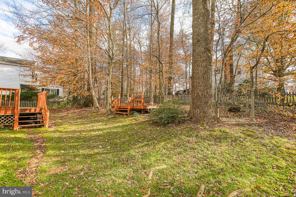 Large inviting back yard - 6056 RIDGE FORD DR, BURKE