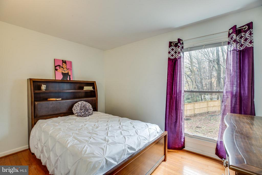 second bedroom with view to backyard - 6213 GARRETSON ST, BURKE