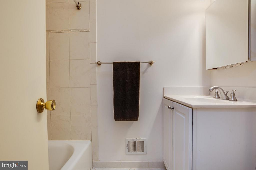 Hall bath ready for your decorator's touch - 6213 GARRETSON ST, BURKE