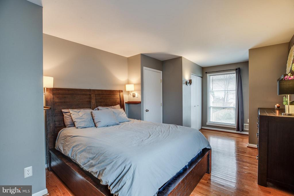 Large master bedroom with ensuite bathroom - 6213 GARRETSON ST, BURKE