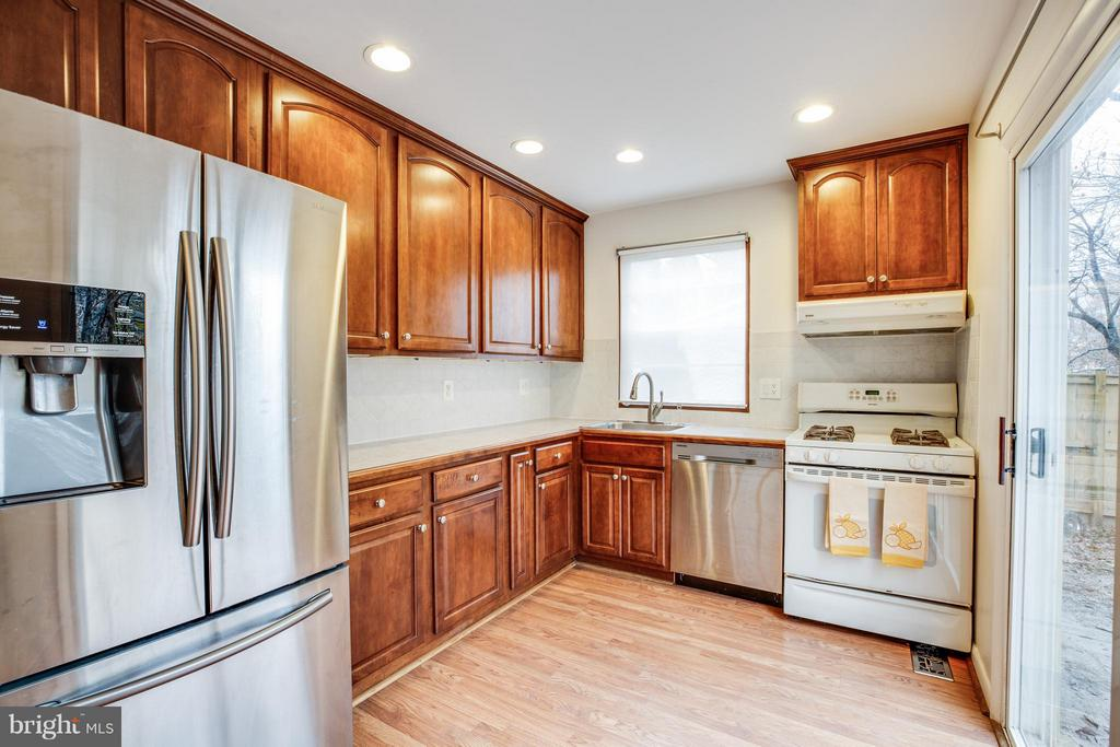 open kitchen with sliding glass door to yard - 6213 GARRETSON ST, BURKE