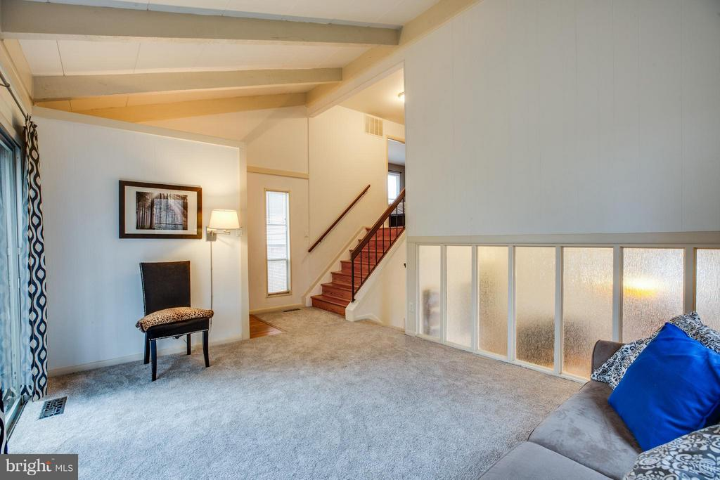Open concept and architectural details - 6213 GARRETSON ST, BURKE