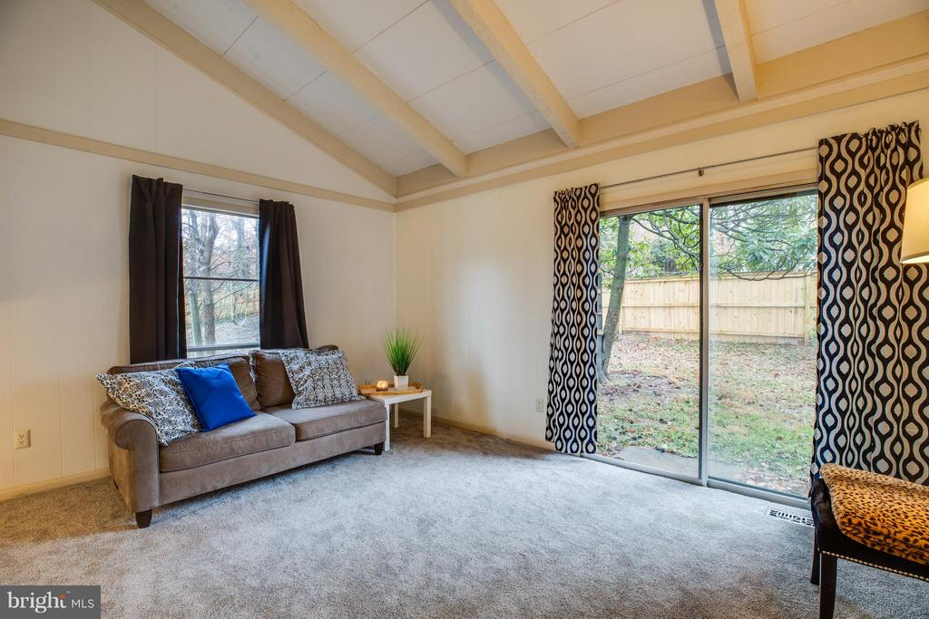 Living room with sliding glass door to backyard - 6213 GARRETSON ST, BURKE