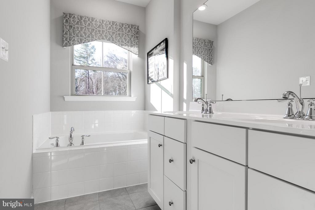 Soaking tub and shower in Owner's Bath - 5917 PECKING STONE STREET, NEW MARKET