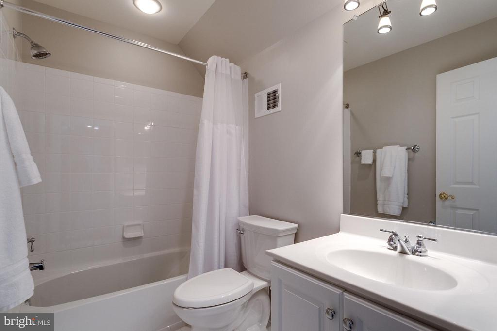Full bath with the private bedroom - 18349 MID OCEAN PL, LEESBURG