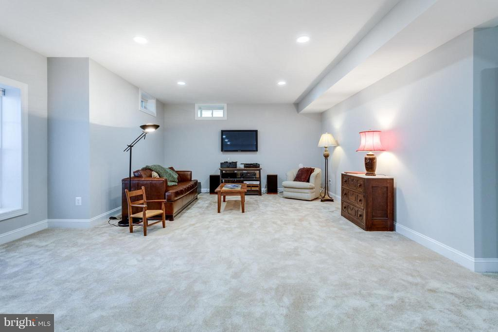 Large lower level living area or future bedroom - 18349 MID OCEAN PL, LEESBURG