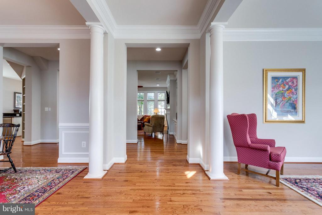 Enter through this open and bright foyer - 18349 MID OCEAN PL, LEESBURG