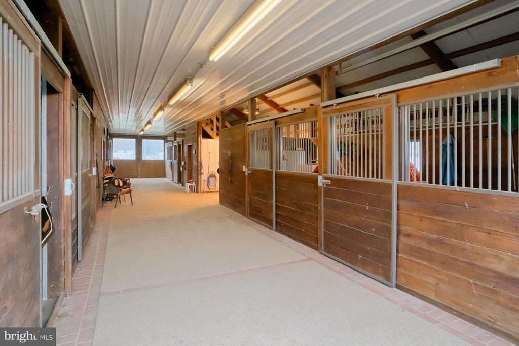 8-stall barn - 6501 CLIFTON RD, CLIFTON