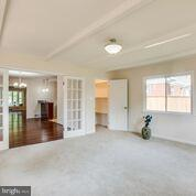 huge family room looking out to back yard - 1100 BEVERLEY DR, ALEXANDRIA