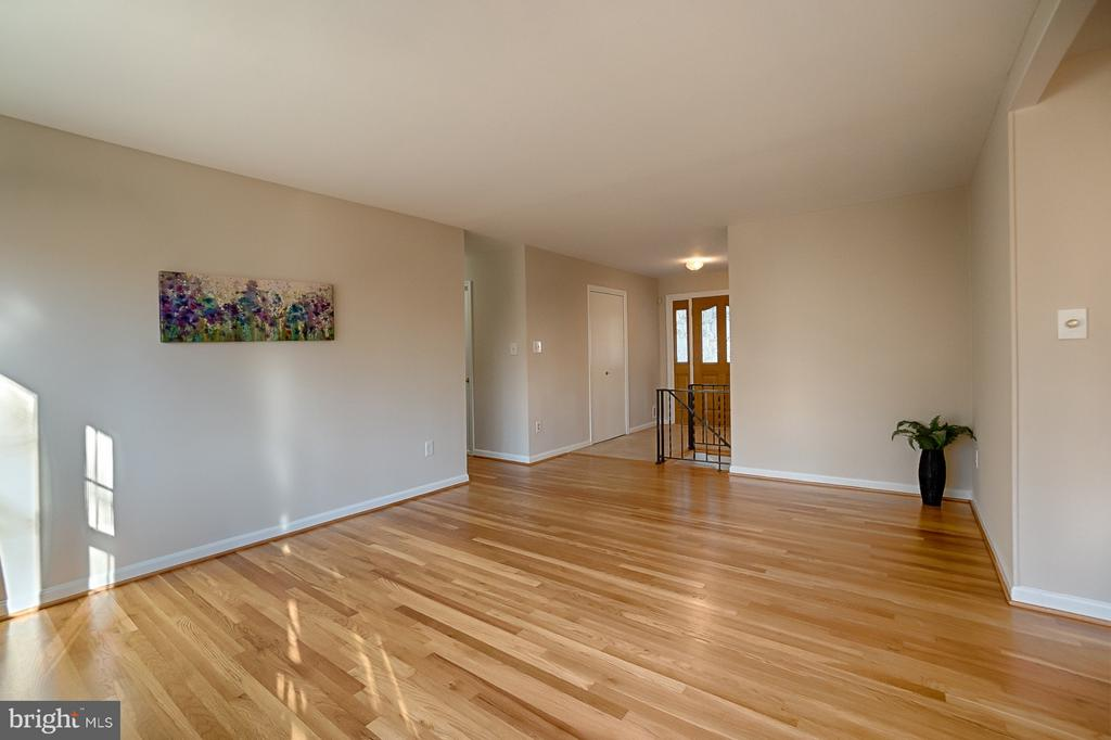 Living Room - 6702 COACHMAN DR, SPRINGFIELD