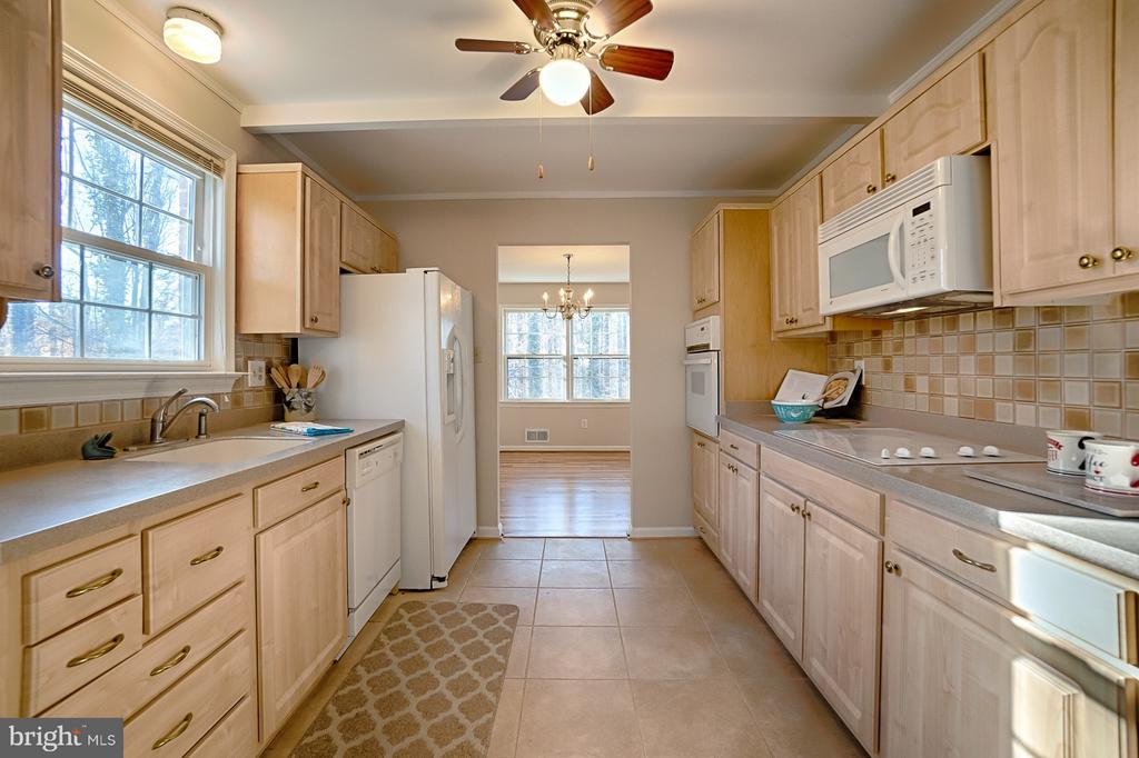 Kitchen - 6702 COACHMAN DR, SPRINGFIELD