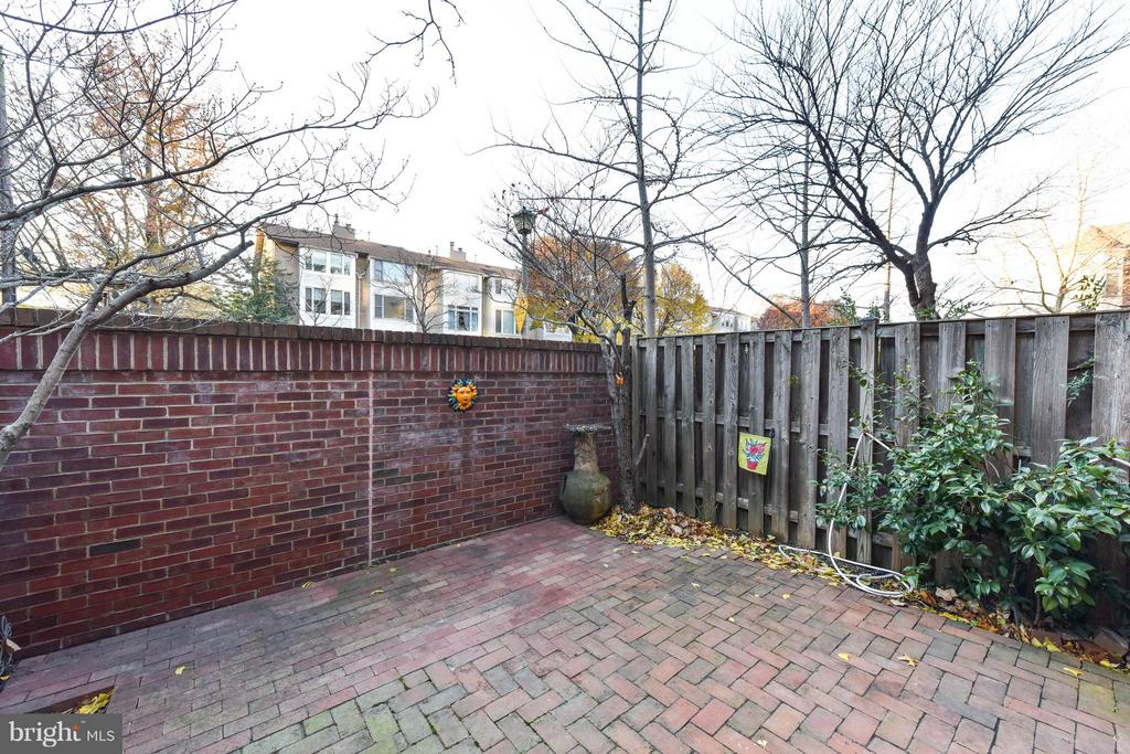 Large private patio - 1501F N COLONIAL TER, ARLINGTON