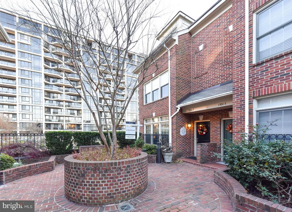 Lovely shared courtyard - 1501F N COLONIAL TER, ARLINGTON