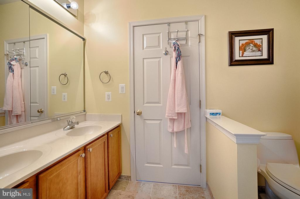 Jack-and-Jill bath connects bedrooms 3 and 4 - 43256 HARPER MANOR CT, ASHBURN