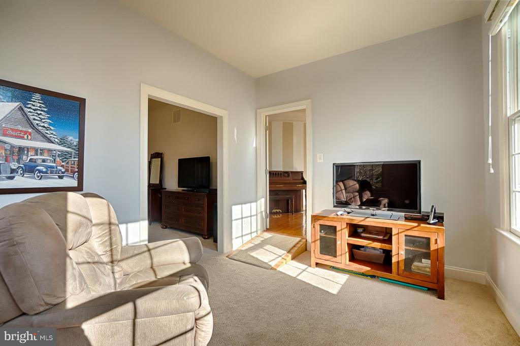 Main-level bedroom suite w/living area - 43256 HARPER MANOR CT, ASHBURN