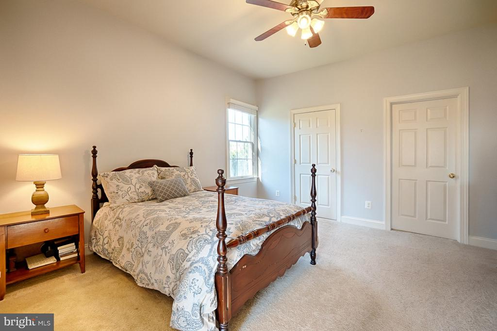 Main-level bedroom suite off sep. living area - 43256 HARPER MANOR CT, ASHBURN
