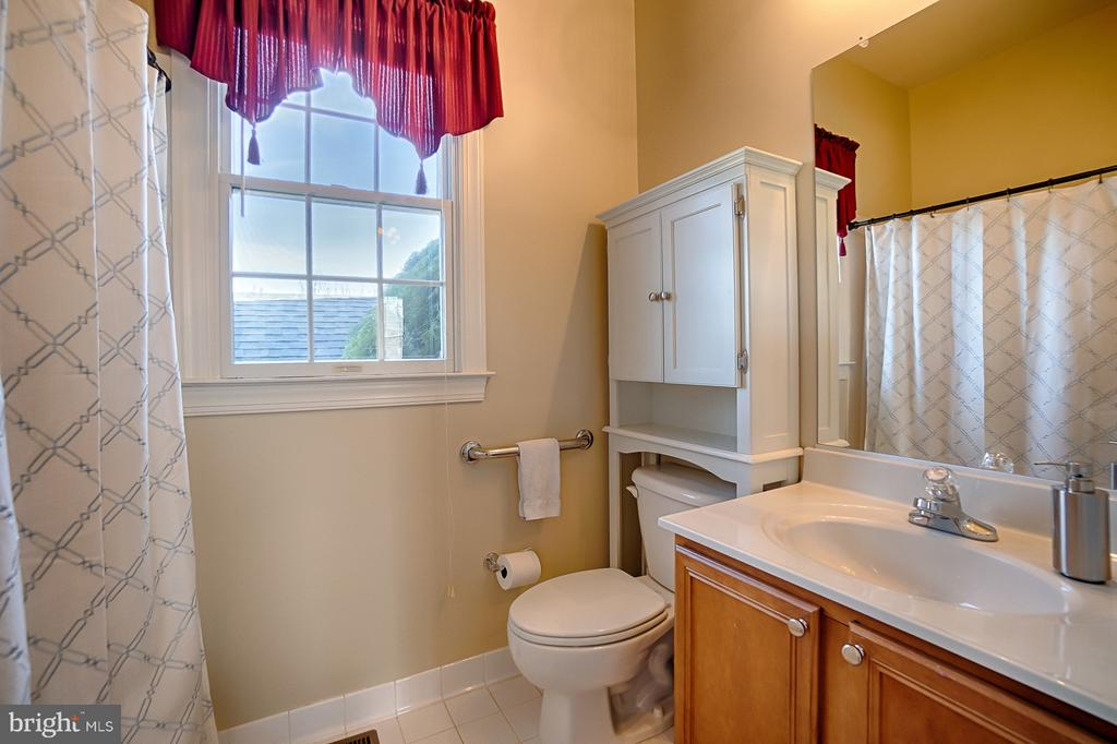 Main level full bath has ADA features - 43256 HARPER MANOR CT, ASHBURN