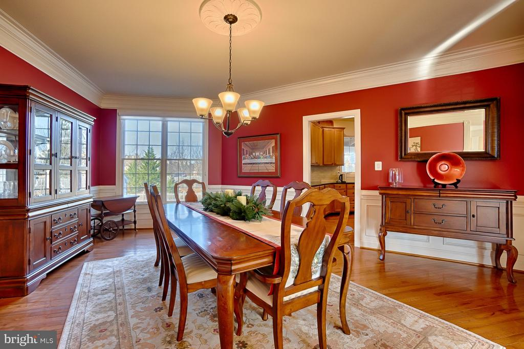 Expansive dining room with crown and chair molding - 43256 HARPER MANOR CT, ASHBURN
