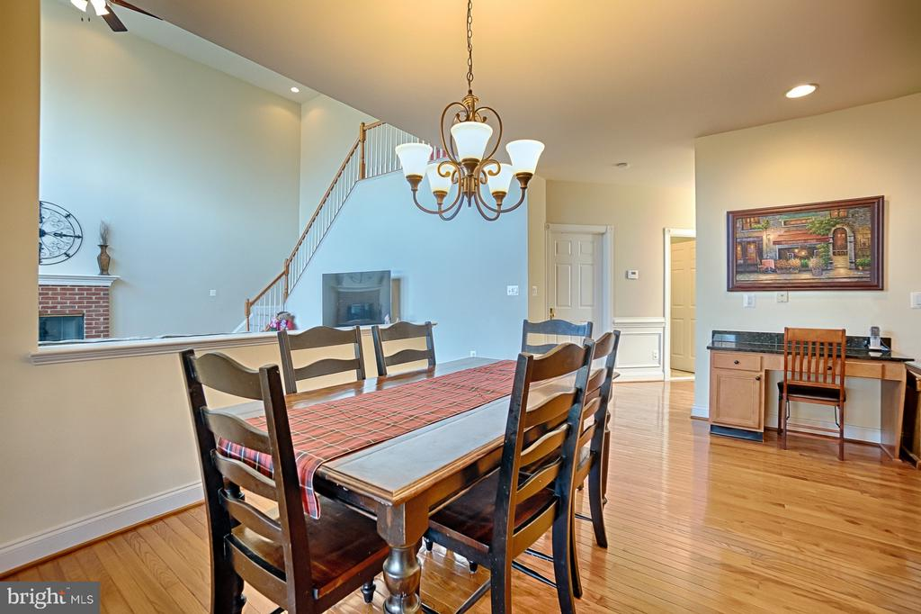 Eat-in area overlooks family room - 43256 HARPER MANOR CT, ASHBURN