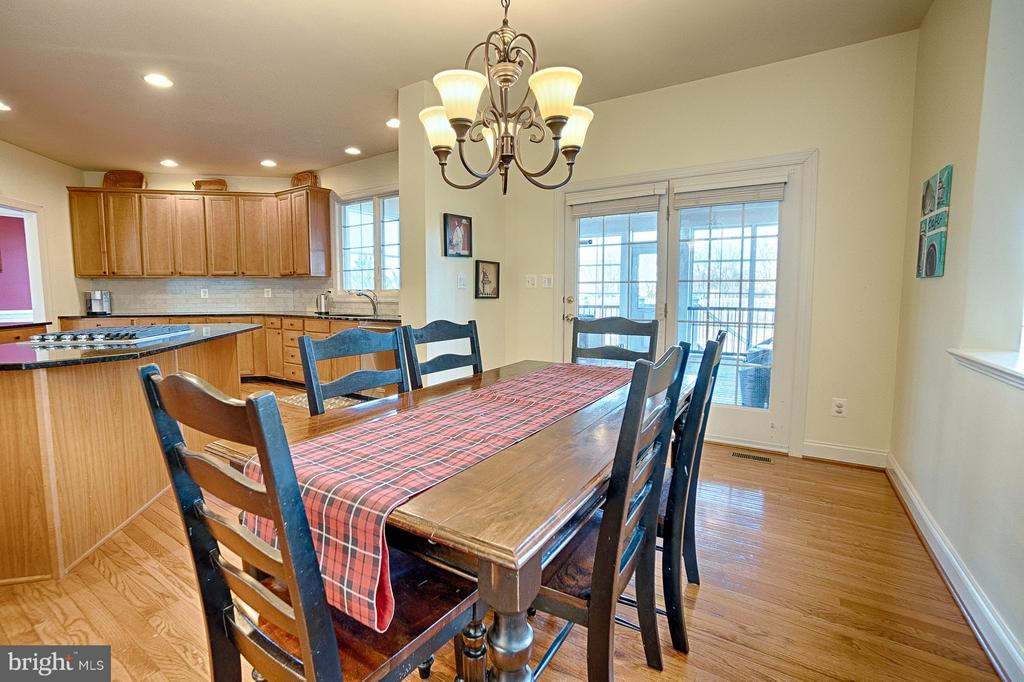 Large eat-in area with access to screened-in porch - 43256 HARPER MANOR CT, ASHBURN
