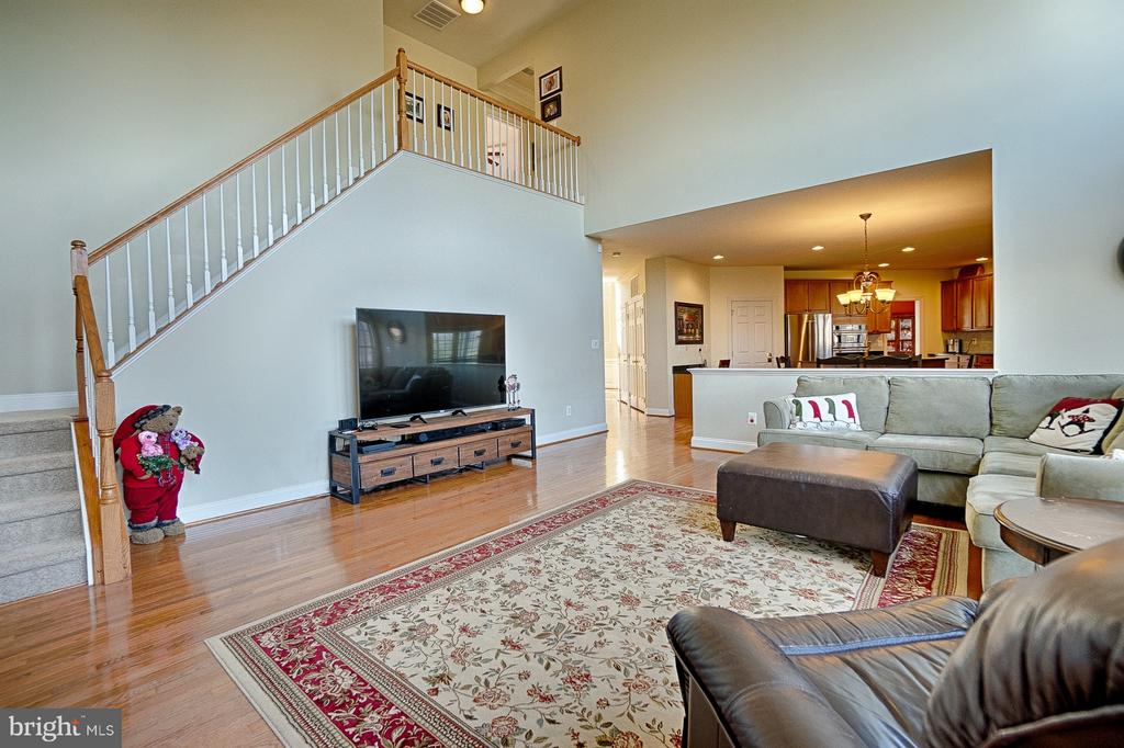 Grand family room feat. back staircase - 43256 HARPER MANOR CT, ASHBURN