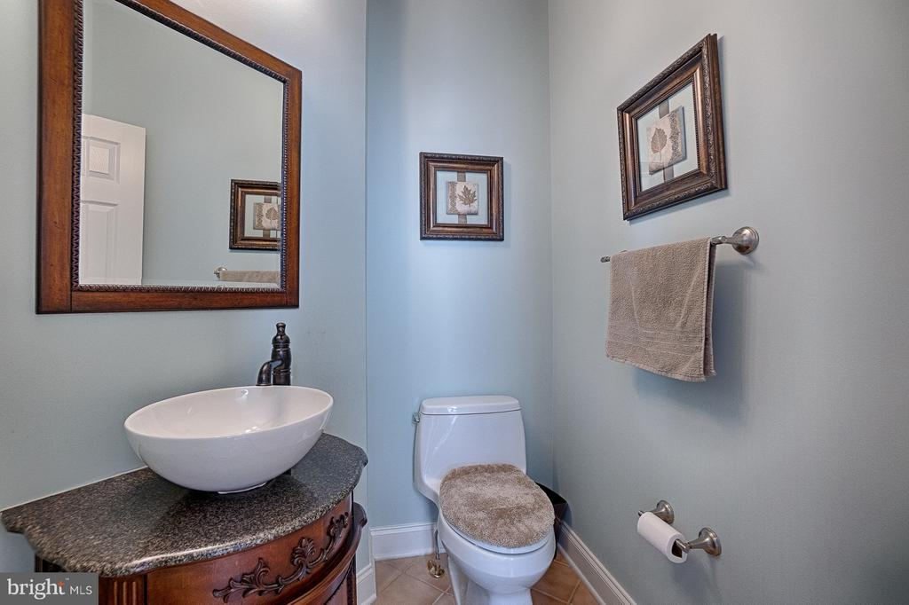 Main level updated half bath - 43256 HARPER MANOR CT, ASHBURN