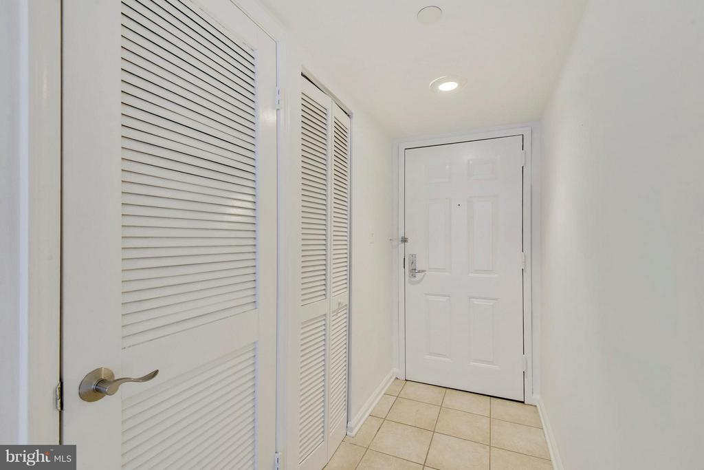 Inviting entryway - 1001 N RANDOLPH ST #223, ARLINGTON
