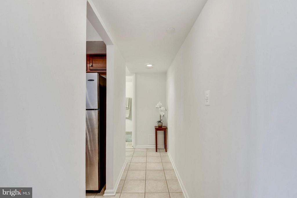 Ceramic tiled hallways - 1001 N RANDOLPH ST #223, ARLINGTON