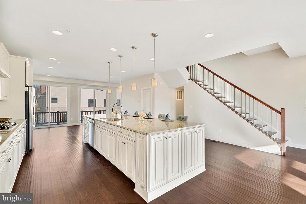Kitchen island - 43337 STADIUM TER, ASHBURN