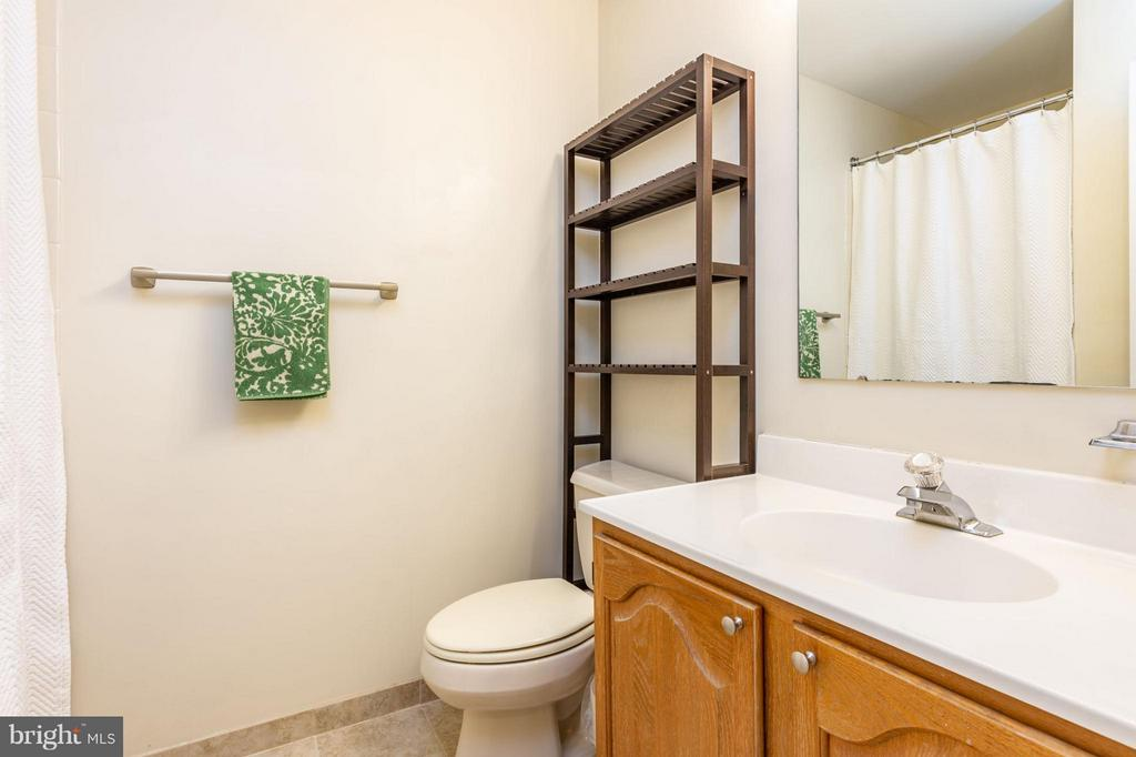 Upstairs Full Bath - 1130 N STAFFORD ST #B, ARLINGTON