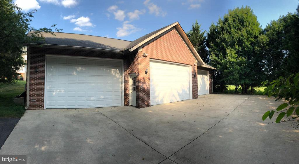 Detached Garage, high ceilings, can fit 6+ cars. - 22301 ESSEX VIEW DR, GAITHERSBURG
