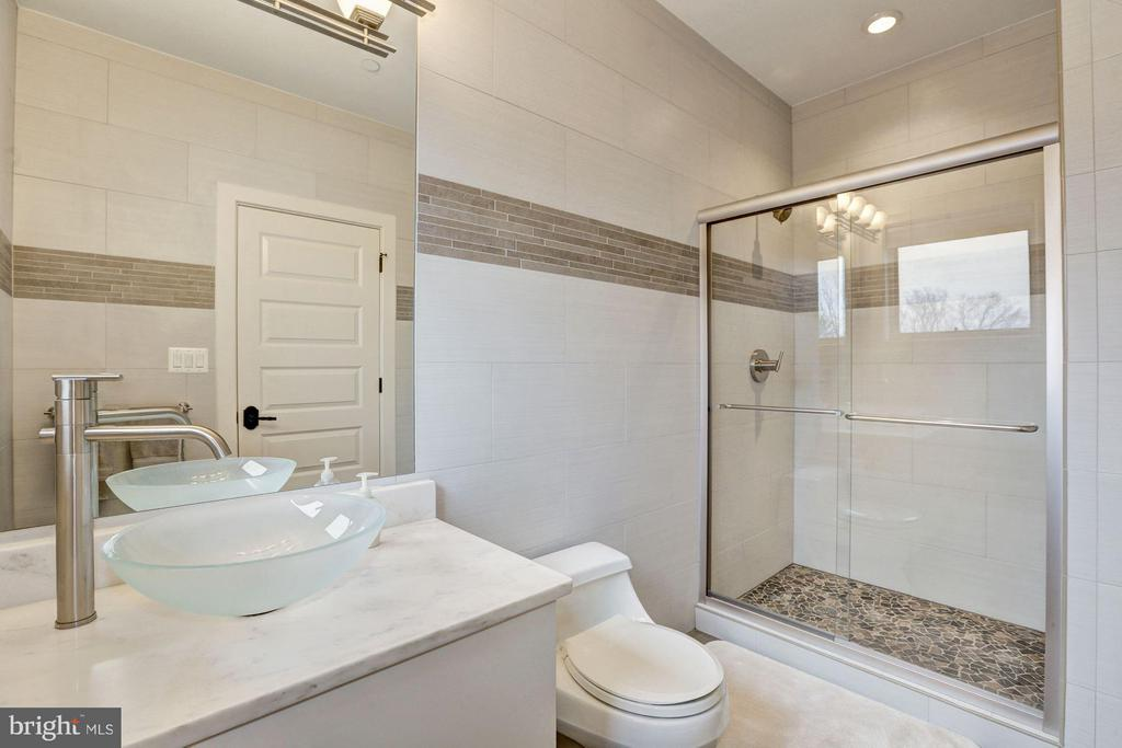 Bath - 8505 MEADOWLARK LN, BETHESDA