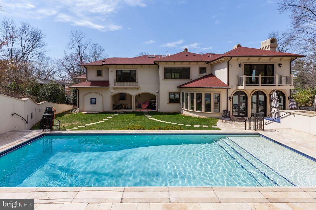 Beautiful heated pool and pattio - 8505 MEADOWLARK LN, BETHESDA