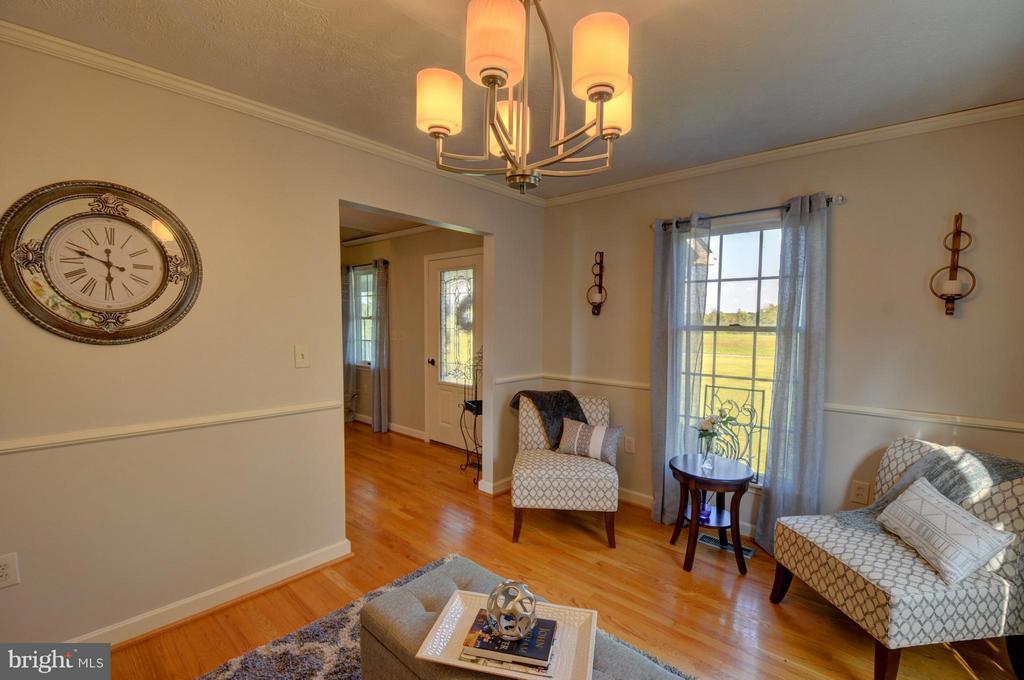 Front living room, chair rail ,custom book shelves - 1028 NOBLE LN, BERRYVILLE