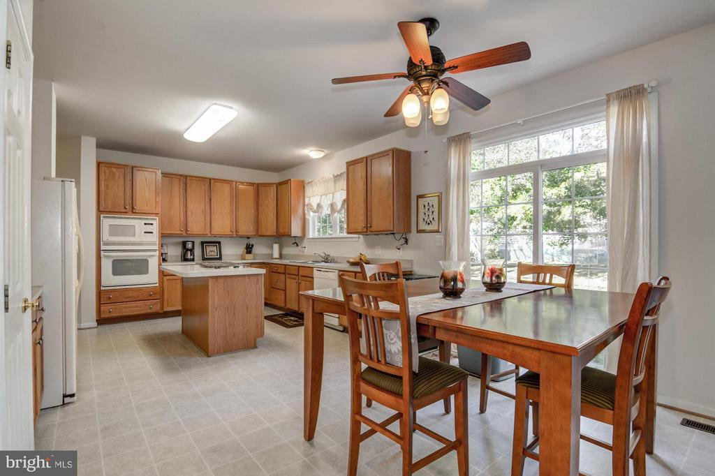 Ample Kitchen - 65 SAINT GEORGES DR, STAFFORD