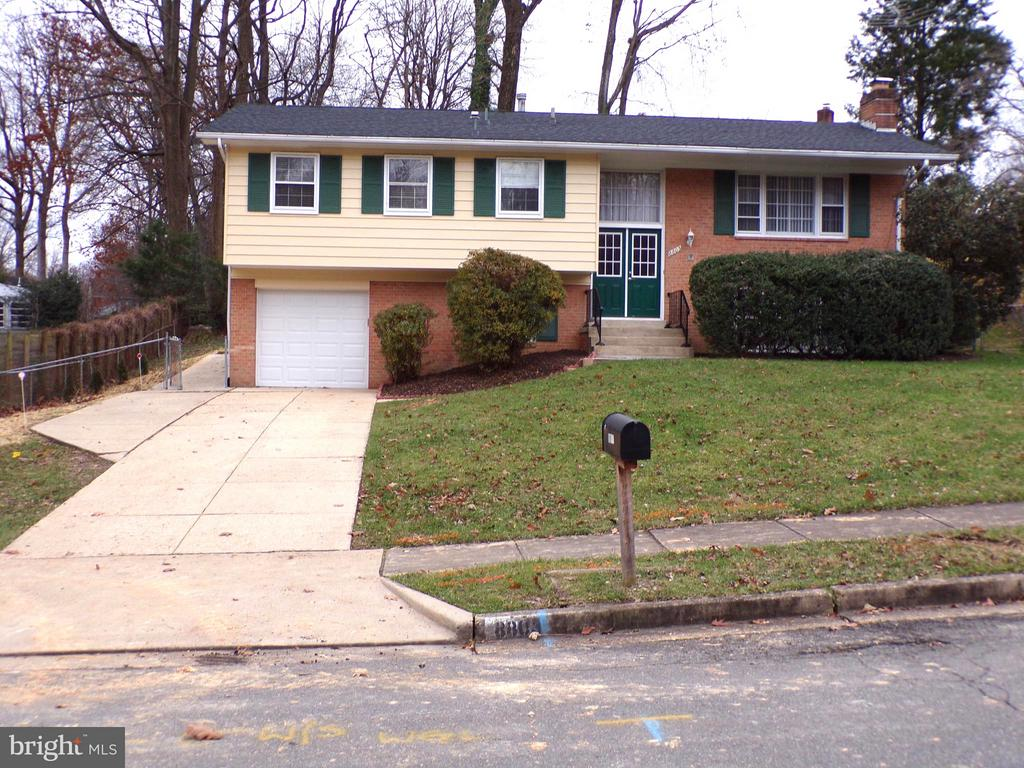 Great Curb Appeal - 8803 NW HIGDON DR, VIENNA