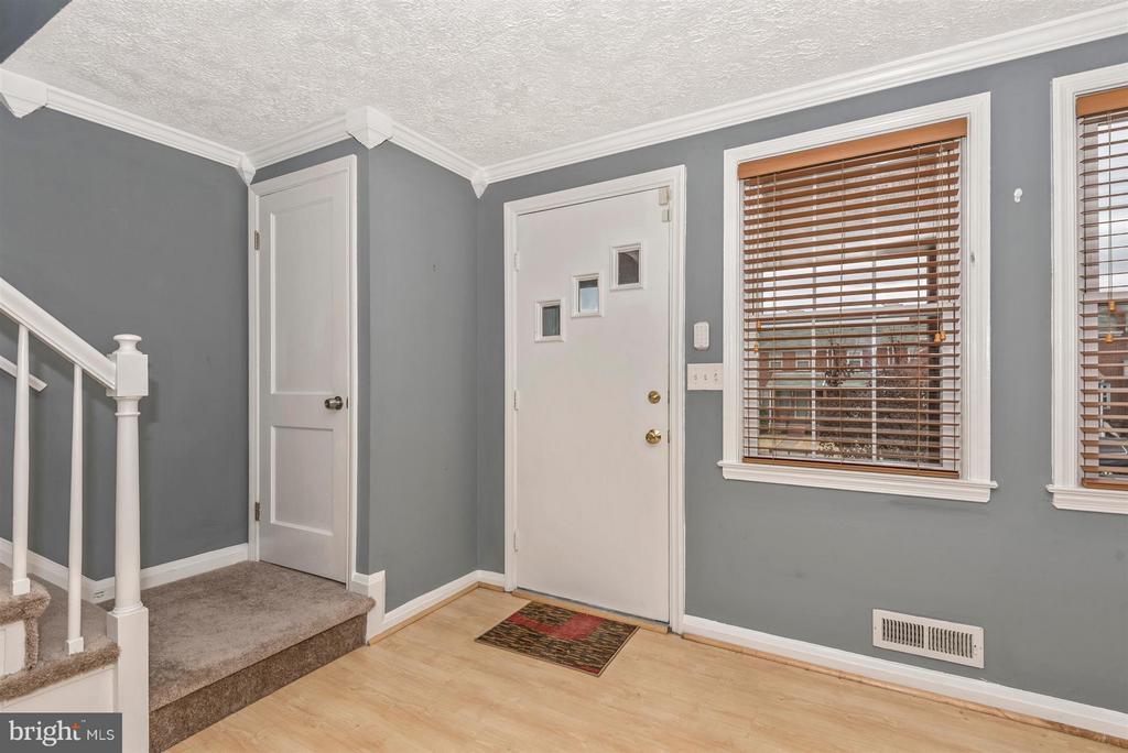 Living room / front door - 7107 GOUGH ST, BALTIMORE