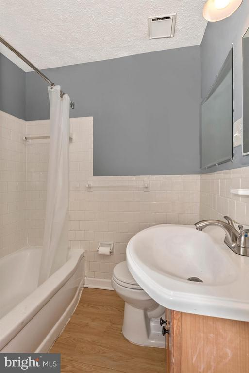 Upstairs full bath - 7107 GOUGH ST, BALTIMORE