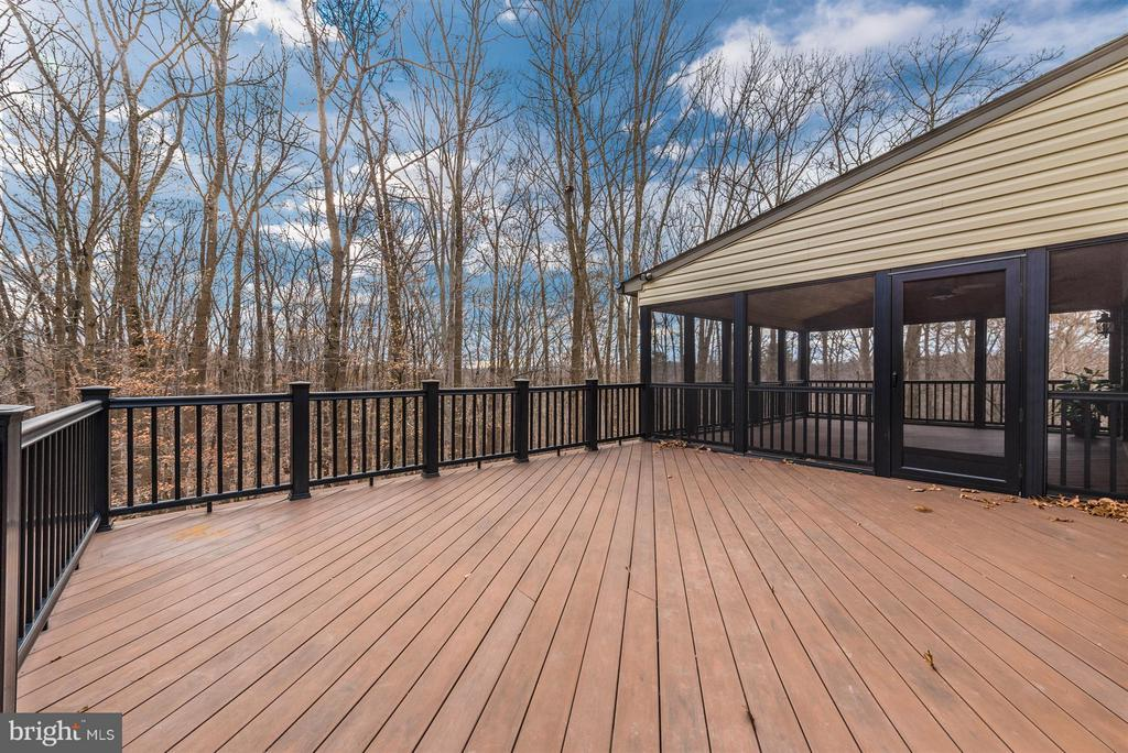 Beautiful composite deck - 9614 WOODLAND RD, NEW MARKET