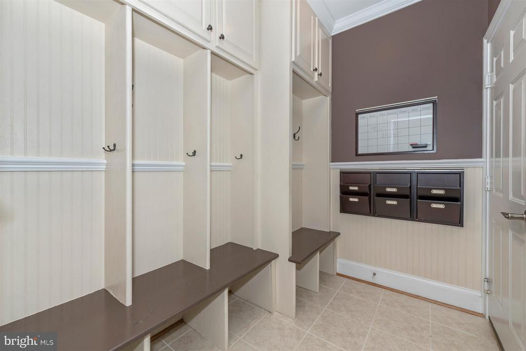 Proper mudroom - 9614 WOODLAND RD, NEW MARKET