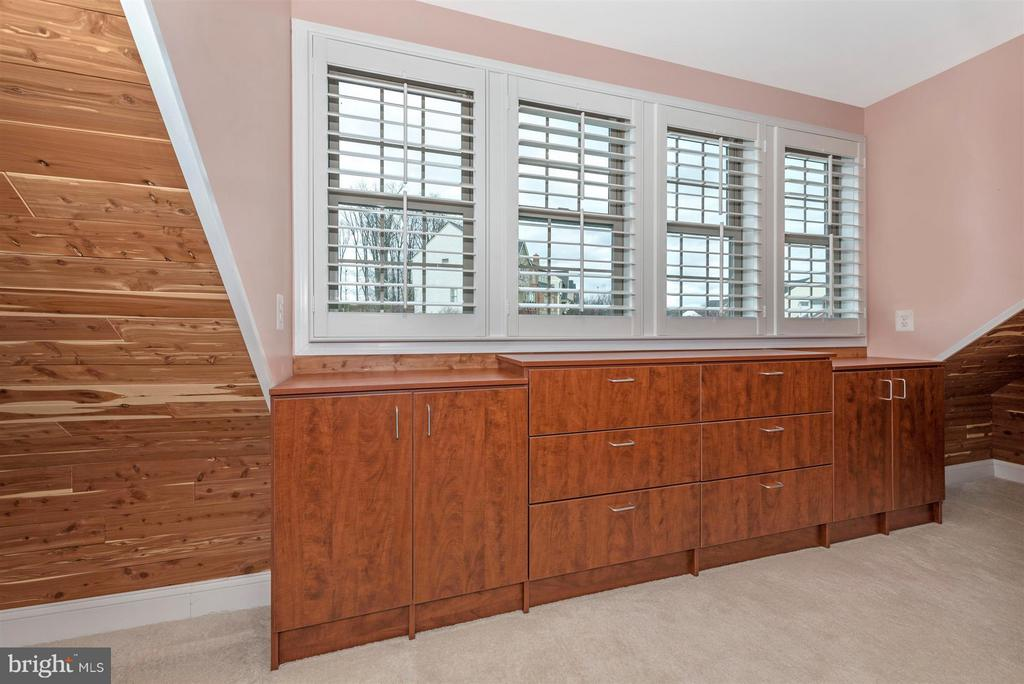 Huge closet, professionally designed with cedar - 9614 WOODLAND RD, NEW MARKET