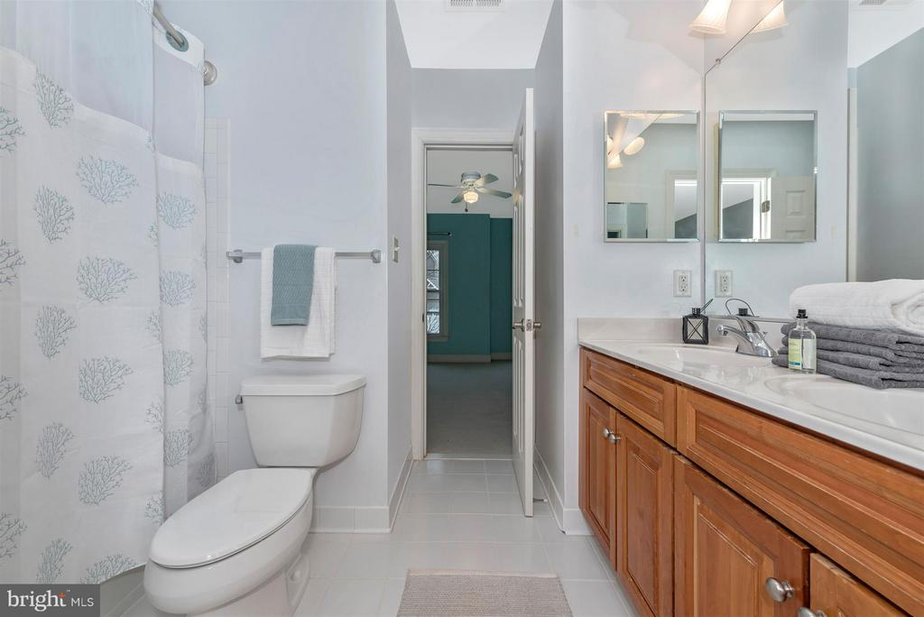 Jack and Jill bathroom - 9614 WOODLAND RD, NEW MARKET