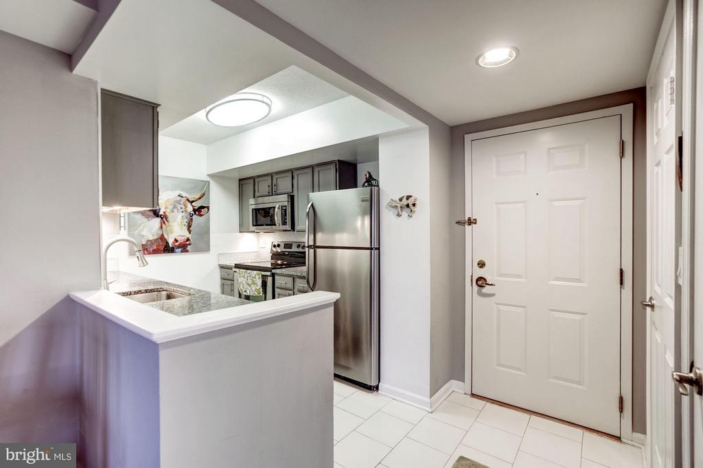 Open kitchen layout! - 2400 CLARENDON BLVD #816, ARLINGTON