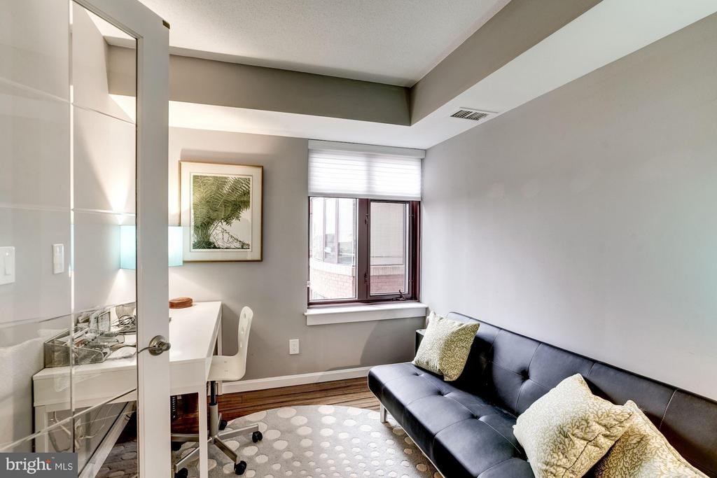 Perfect for a home office or guest bedroom! - 2400 CLARENDON BLVD #816, ARLINGTON