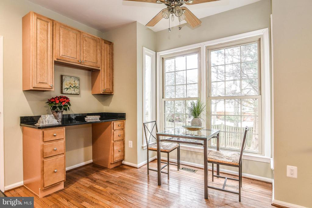 Built-in desk area or coffee/wine bar! - 6331 SUMMERDAY CT, BURKE