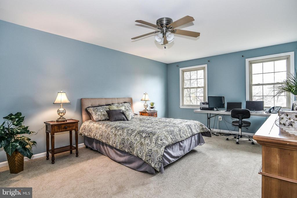Generous Master Suite, easily fits King size bed - 6331 SUMMERDAY CT, BURKE