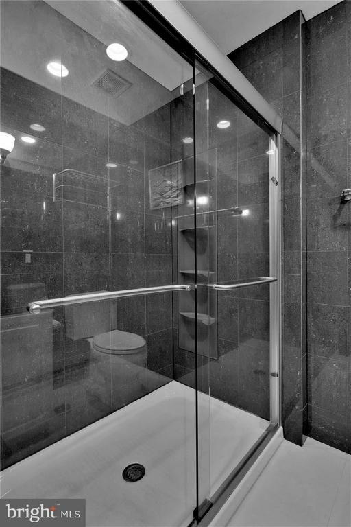 Oversized shower in Hallway Bath - 43154 PARKERS RIDGE DR, LEESBURG
