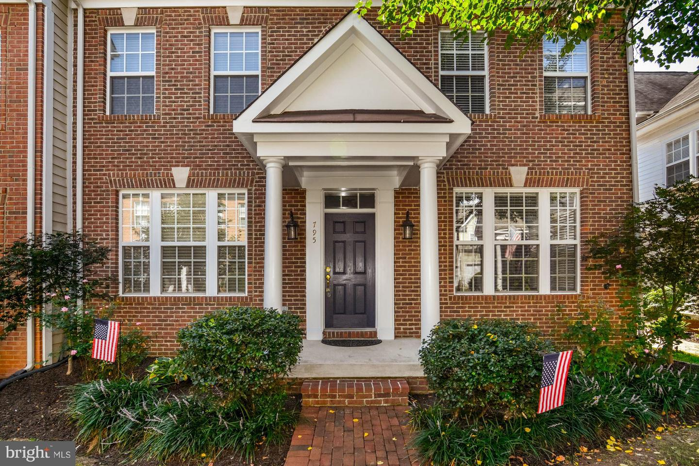 Photo of home for sale at 795 Monument Square, Woodbridge VA