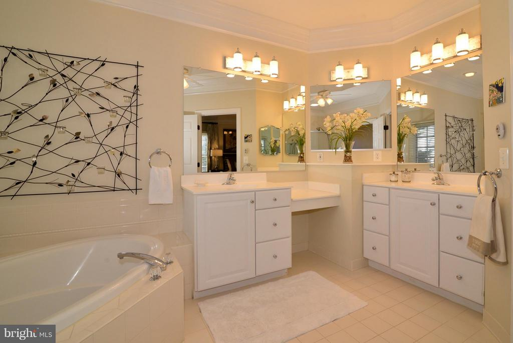 Master Bathwith Dual Vanities - 21439 BASIL CT, BROADLANDS