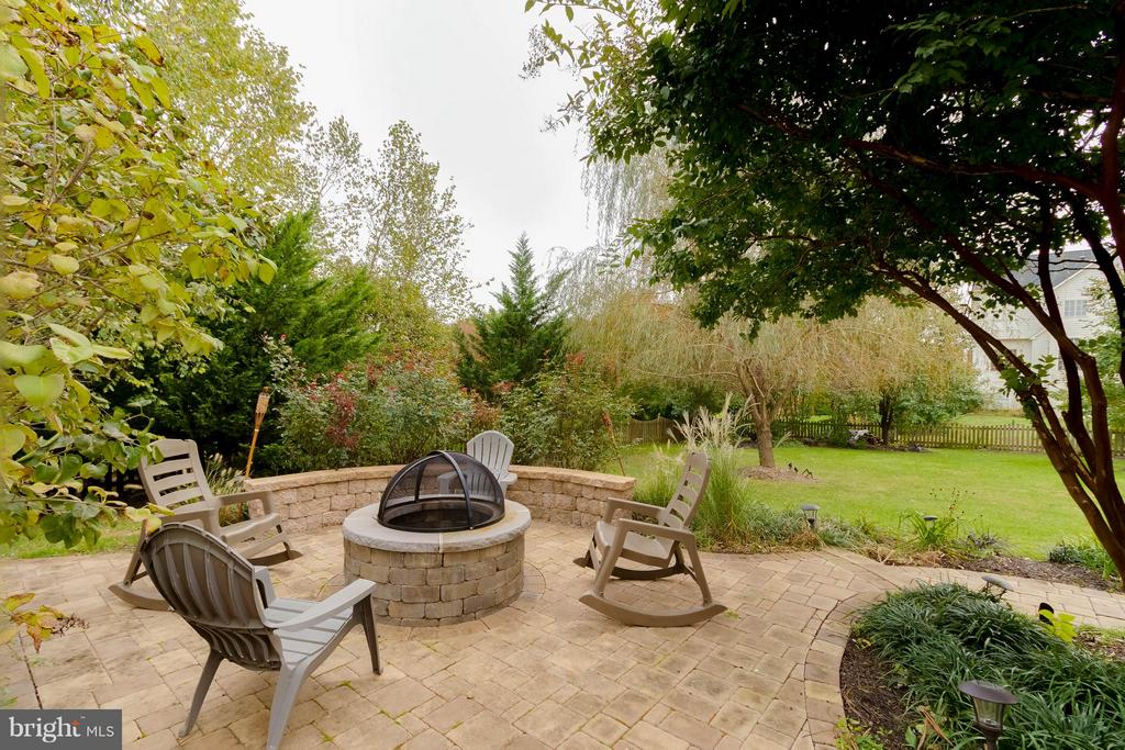 Fire Pit with stone sitting wall - 18490 ORCHID DR, LEESBURG